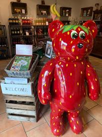 Erdbeerbär im Hofladen